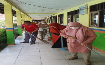 Tingkatkan Cinta Madrasah, MTs Annur Gelar Gotong Royong
